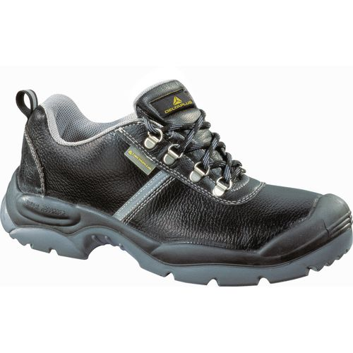 Wide fitting safety shoes